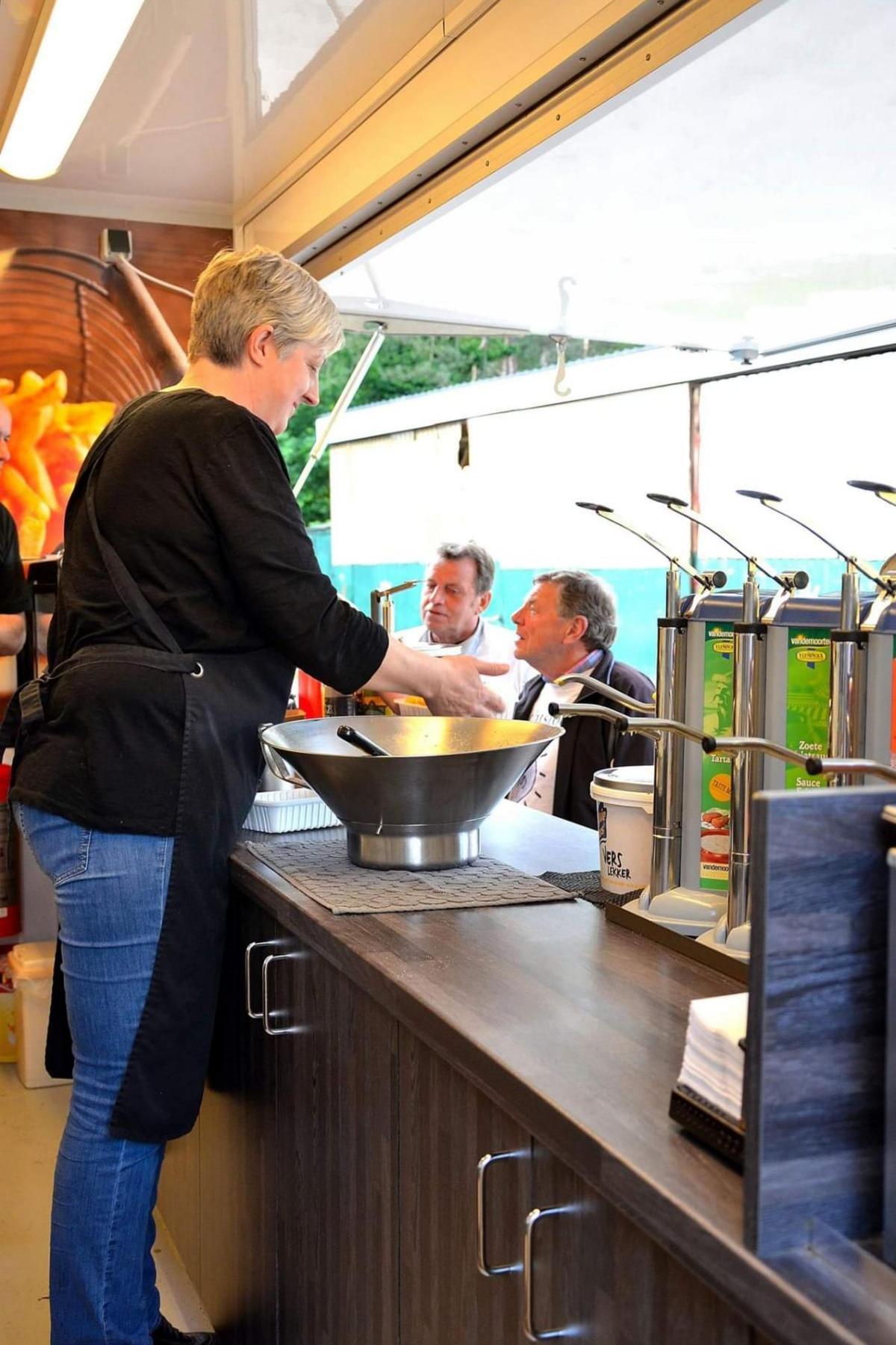 Mobiele Frituur bakken van frieten Anja Ennekens
